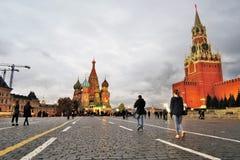 Москва Кремль и собор базиликов Святого на вечере Стоковые Изображения RF