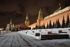Москва Кремль на ноче Собор базиликов Святого и башня Spasskaya Стоковая Фотография RF