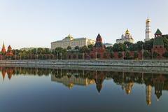 Москва Кремль и отраженный взгляд в реке Стоковое фото RF