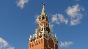Москва Кремль, красная площадь Башня и часы Spasskaya украшенные рубиновой звездой на верхней части ее небо предпосылки голубое Стоковая Фотография RF