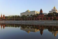 Москва Кремль отраженный в реке Стоковые Изображения