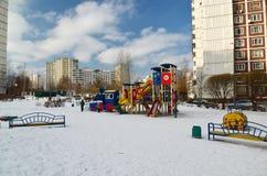 Москва, Москва - 20-ое февраля 2016 Структура спортивной площадки в дворе многоэтажного жилого дома Стоковые Изображения RF