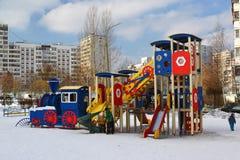 Москва, Москва - 20-ое февраля 2016 Структура спортивной площадки в дворе многоэтажного жилого дома Стоковые Фотографии RF