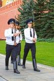 МОСКВА - 18-ОЕ АВГУСТА: Изменение почетного караула на усыпальнице  Стоковое Фото