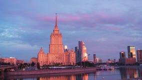 Москва - 28-ое августа: река Москвы timelapse и гостиница Ukraina в Москве видеоматериал