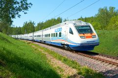 МОСКВА, 12-ОЕ ИЮЛЯ 2010: Быстроходный поезд Pendolino Sm6 - АЛЛЕГРО бежит на железных дорогах пути рельса RZD Быстроходный поезд  Стоковое Фото