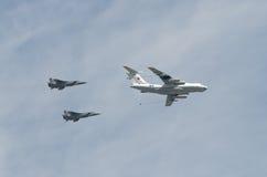 МОСКВА - 9-ОЕ МАЯ: 2 бомбардировщика SU-34 и refiller IL-78 на параде посвятили к семидесятой годовщине победы в Великой Отечеств Стоковые Фотографии RF