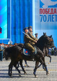 МОСКВА, 7-ОЕ МАЯ 2015: Русские солдаты верхом в форме o Стоковое Фото