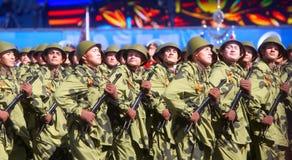МОСКВА, 7-ОЕ МАЯ 2015: Русские солдаты в форме Первой Мировой Войны Стоковое фото RF
