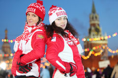2 девушки на Камед-Катаясь на коньках катке Стоковая Фотография RF
