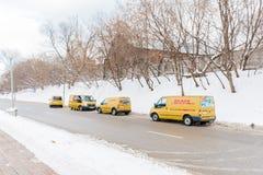 МОСКВА 18-ОЕ ЯНВАРЯ: Курьерский сервис DHL поставляет пакеты к клиентам на 18,2017 -го января в Москве Стоковое Изображение RF