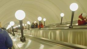 Москва - около апрель 2018: Взгляд movig людей вверх используя эскалатор акции видеоматериалы