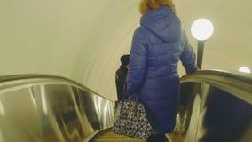 Москва - около апрель 2018: Взгляд movig людей вниз используя эскалатор видеоматериал