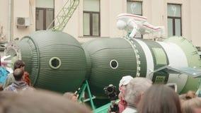МОСКВА - ОКОЛО СЕНТЯБРЬ 2017: Люди в центре города во время прогулки фестиваля города около модели ракеты с астронавтом видеоматериал