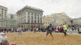 МОСКВА - ОКОЛО СЕНТЯБРЬ 2017: Люди играя ракетку пляжа в центре города во время фестиваля города сток-видео
