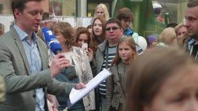 МОСКВА - ОКОЛО СЕНТЯБРЬ 2017: Толпитесь в центре города во время фестиваля города Журналисты получают готовыми интервьюировать pe видеоматериал