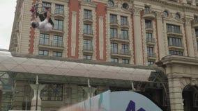 МОСКВА - ОКОЛО СЕНТЯБРЬ 2017: Толпитесь в центре города во время фестиваля города акции видеоматериалы