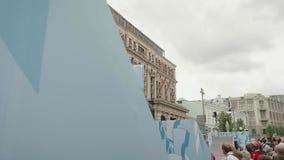 МОСКВА - ОКОЛО СЕНТЯБРЬ 2017: Эффектные выступления велосипедиста в центре города во время фестиваля города сток-видео