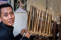 Москва, парк на Krasnaya Presnya, 5-ое августа 2018: Портрет молодого человека играя индонезийский национальный музыкальный инстр стоковое фото rf