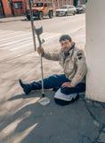 МОСКВА, РОССИЙСКАЯ ФЕДЕРАЦИЯ - 22-ОЕ АПРЕЛЯ: Неработающий умолять в городе и просит милостыни 22-ое апреля 2016, улица Novokuznet Стоковая Фотография