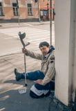 МОСКВА, РОССИЙСКАЯ ФЕДЕРАЦИЯ - 22-ОЕ АПРЕЛЯ: Неработающий умолять в городе и просит милостыни 22-ое апреля 2016, улица Novokuznet Стоковое фото RF