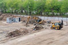 Москва, Российская Федерация, 7-ое мая 2019 Подготовка почвы для учреждения бросая во время конструкции жилого комплекса стоковые фото