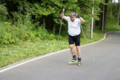 Москва, Российская Федерация - 11-ое августа 2017: Мужское skiroller тренирует в парке Стоковые Изображения