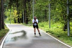 Москва, Российская Федерация - 11-ое августа 2017: Мужское skiroller тренирует в парке Стоковое Изображение RF
