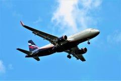 Москва, Российская Федерация - 17-ое августа 2017: Самолет летает против голубого неба Стоковые Изображения