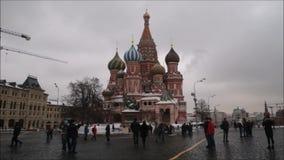 Москва, Российская Федерация - 28-ое января 2017: Кремль: Люди наслаждаются жизнью в красной площади в пасмурном зимнем дне с лан сток-видео