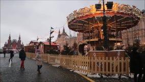 Москва, Российская Федерация - 28-ое января 2017: Кремль: Люди наслаждаются жизнью в красной площади в пасмурном зимнем дне с car сток-видео
