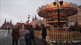 Москва, Российская Федерация - 28-ое января 2017: Кремль: Люди наслаждаются жизнью в красной площади в пасмурном зимнем дне с car акции видеоматериалы
