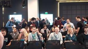 МОСКВА РОССИЯ - 03 03 2017: Аудитория пришла к конференц-залу и сидела вниз акции видеоматериалы