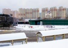 2018 01 05, Москва, Россия Городской пейзаж с современными зданием, церковью и дорогой с автобусной остановкой Стоковое Изображение RF
