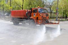МОСКВА, РОССИЯ - 08,2015 -ГО МАЙ: Универсальная машина KamAZ дороги которая может работать как самосвал или как уборщик улицы для Стоковое фото RF