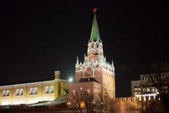 Москва, Россия - декабрь, башня -го Москвы Кремля на ноче Стоковая Фотография RF