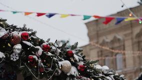 Москва, Россия - декабрь: Ветвь ели искусственная с шариками и шариками видеоматериал