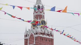 МОСКВА, РОССИЯ - ДЕКАБРЬ 2018: Красочные пластиковые флаги вися на предпосылке Москвы Кремля сток-видео