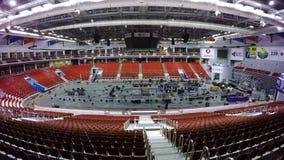 МОСКВА, РОССИЯ - ДЕКАБРЬ 2017: Собрание крытого катка для установки боксерского ринга Одна комната стоковые изображения