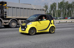 МОСКВА, РОССИЯ - 29 05 2015 Желтый умный автомобиль с линией-x рекламы на кольцевой дороге Москвы Стоковые Фотографии RF