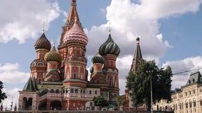 Москва, Россия - июль 2019: Красная площадь Москвы, взгляд промежутка времени собора базилика St в Москве, России сток-видео
