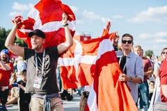 МОСКВА, РОССИЯ - ИЮНЬ 2018: Датские вентиляторы с национальным флагом в зоне вентилятора во время кубка мира стоковые изображения