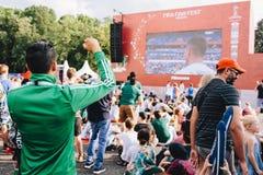 МОСКВА, РОССИЯ - ИЮНЬ 2018: Мексиканский вентилятор в форме наблюдает спичку Мексику - Южную Корею во время кубка мира стоковая фотография