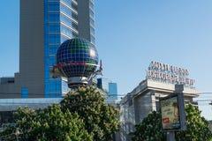 Москва, Россия -03 июнь 2016 Площадь Lotte торгового центра и реклама альфы кренят Стоковая Фотография