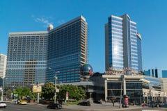 Москва, Россия -03 июнь 2016 Площадь Lotte торгового центра и реклама альфы кренят Стоковое Фото