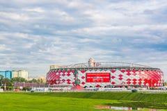 Москва, Россия - июль 2017: Взгляд входа арены Otkrytie Домашний стадион футбольной команды Spartak Кубок мира и жулик ФИФА стоковая фотография rf