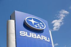 Москва, Россия - май 2018: Знак дилерских полномочий автомобиля Subaru против голубого неба Subaru японский изготовитель автомоби стоковые изображения rf