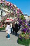 Москва, Россия - могут 14 2016 Орнаментируйте флористические улицы сводов для фестиваля - весны Москвы Стоковое Изображение RF