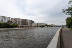 Москва, Россия может 25, 2019, обваловка реки Москвы с красивыми зданиями стоя вдоль реки, с другой стороны стоковые изображения