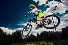 Москва, Россия - 18-ое августа 2017: Поскачите и летите на горный велосипед над камерой Стоковая Фотография